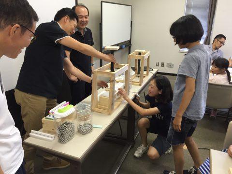 1.5kgの重さに耐えられる橋を作らなければなりません。教室の前にある装置で載荷実験です。
